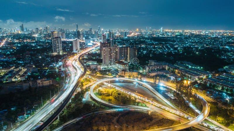 Interseção da estrada da estrada da vista aérea no crepúsculo para o fundo do transporte, da distribuição ou do tráfego foto de stock royalty free