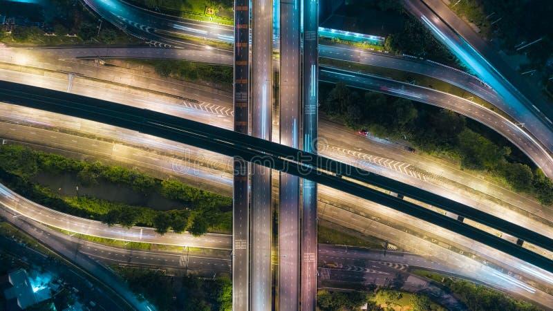 Interseção da estrada da estrada da vista aérea no crepúsculo para o fundo do transporte, da distribuição ou do tráfego imagens de stock royalty free