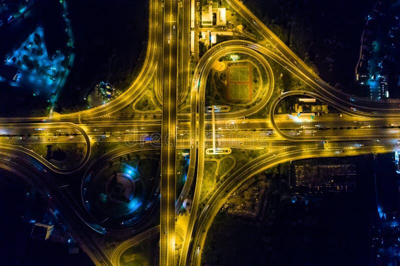 Interseção da luz da vista aérea na estrada da estrada na noite fotografia de stock
