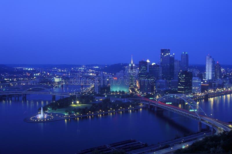 Interseção do rio de Allegheny, do rio de Monongahela e do Rio Ohio no crepúsculo da montagem Washington, Pittsburgh, PA imagens de stock royalty free