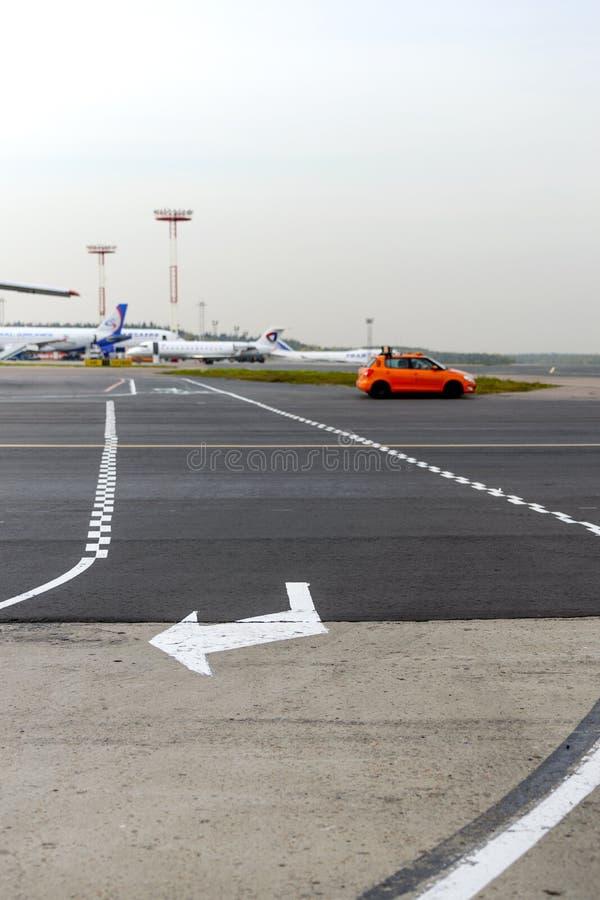 A interseção do taxiway para aviões e trilhas fotografia de stock