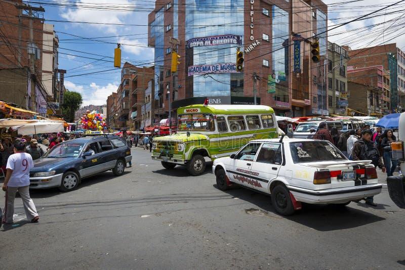 Interseção ocupada com carros, ônibus e povos na cidade de La Paz, em Bolívia imagens de stock