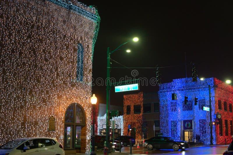 Intersección céntrica de la calle principal en las luces del día de fiesta de la noche fotografía de archivo