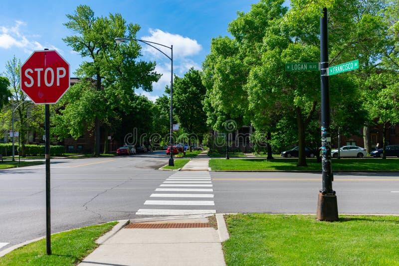 Intersección de la calle en Logan Boulevard y Francisco Avenue en Logan Square Chicago imagenes de archivo
