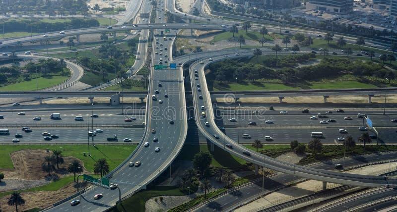 Intersección de los caminos en la ciudad de Dubai, United Arab Emirates imagen de archivo