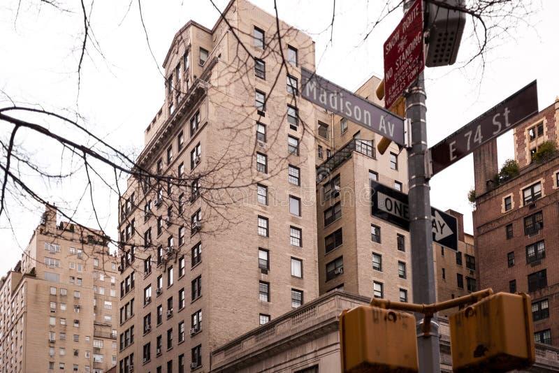 Intersección en Madison Ave y la 74.a calle en NYC foto de archivo