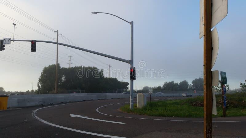 Intersección en un día ligeramente nublado foto de archivo