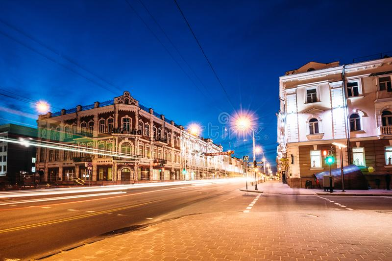 Intersección hermosa en la ciudad de Gomel con el illuminatio fotos de archivo libres de regalías