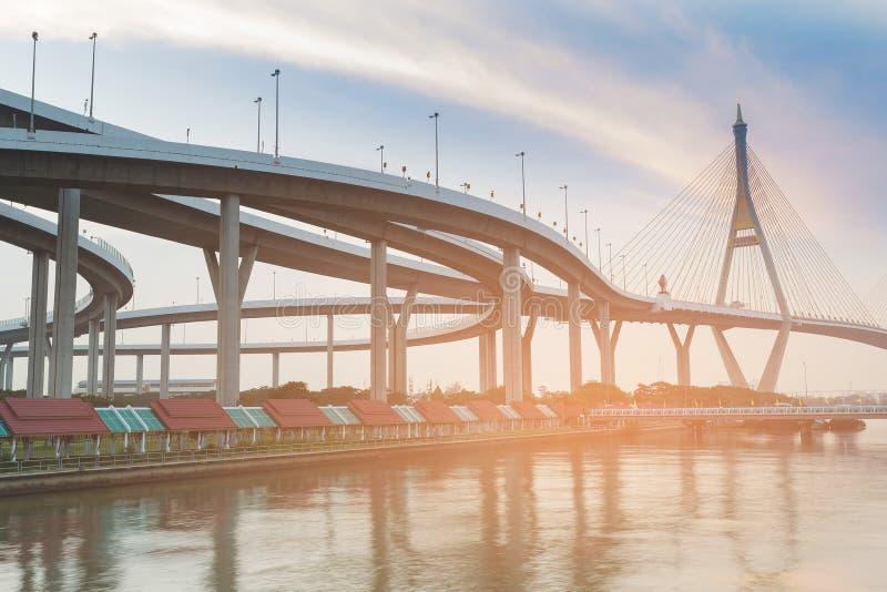 Intersección y puente colgante de la carretera foto de archivo libre de regalías