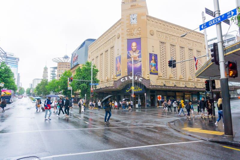 Intersection croisée de rue de la Reine de personnes et de rue de Wellesley devant le théâtre civique historique le jour humide image stock