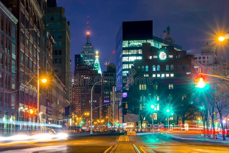 Intersection de nuit et réverbères images libres de droits