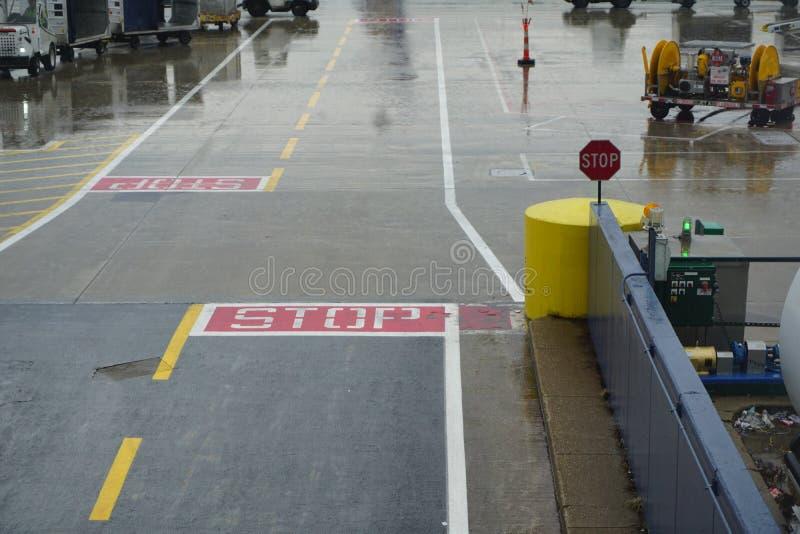 Intersection du trafic près de piste d'aéroport photographie stock libre de droits