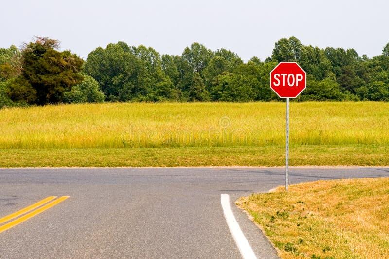 Intersection rurale de signe d'arrêt photo stock