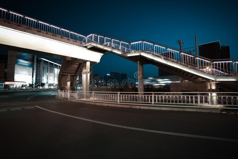 Intersection urbaine de passerelle et de route de scène de nuit photographie stock libre de droits
