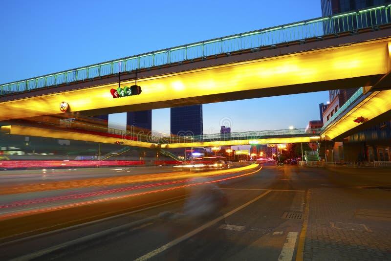 Intersection urbaine de passerelle et de route de scène de nuit photographie stock