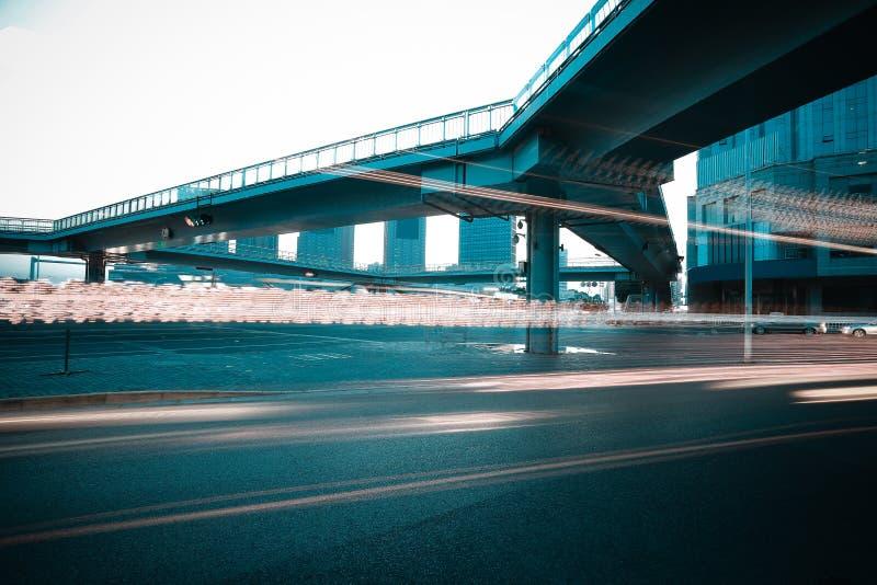 Intersection urbaine de passerelle et de route de scène de nuit photo libre de droits