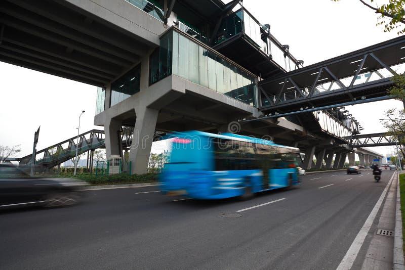Intersection urbaine de passerelle et de route de scène de nuit images stock