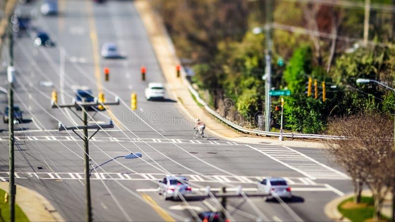 Intersezione della città dello spostamento di inclinazione con la guida di veicoli fotografia stock