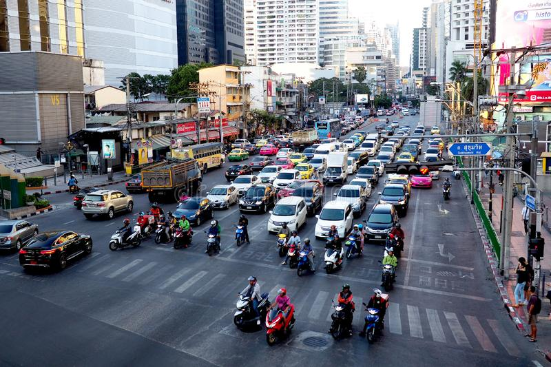 Intersezione occupata di traffico a Bangkok, Tailandia immagine stock libera da diritti