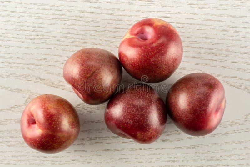 Interspecific plommoner för ny pluot på grått trä royaltyfria foton