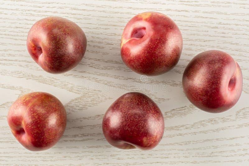 Interspecific plommoner för ny pluot på grått trä arkivfoton