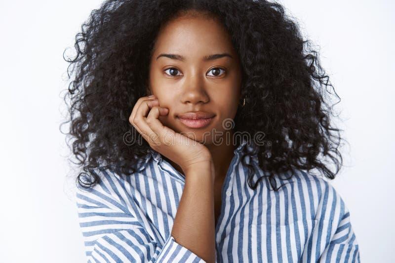 Intersted atrakcyjnego młodego z włosami amerykanin afrykańskiego pochodzenia żeński student uniwersytetu uczęszcza ciekawy odczy zdjęcie royalty free
