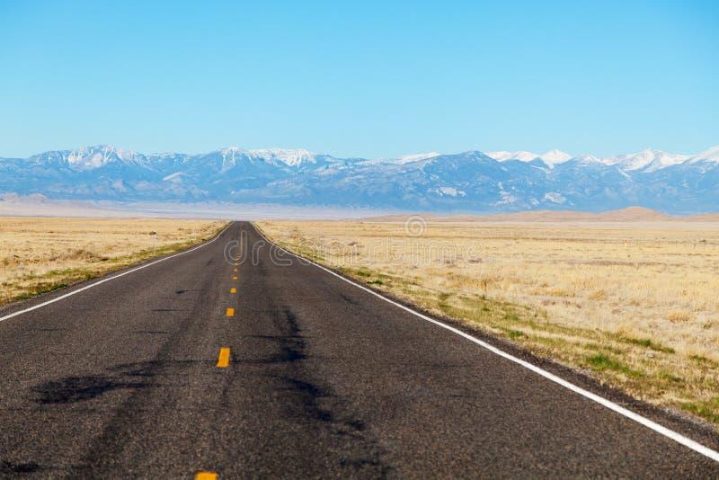 Intervalle de montagnes de approche d'autoroute vide images libres de droits