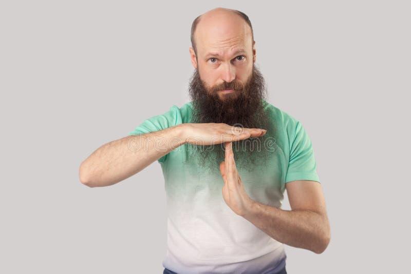 Intervallo, ho bisogno di più tempo Il ritratto del mezzo di preoccupazione ha invecchiato l'uomo barbuto calvo nella condizione  fotografia stock