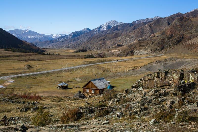 Intervalo Kalbak-Tash e estrada de Chuya em montanhas de Altai imagens de stock
