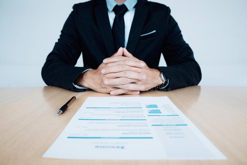 Interview der kommerziellen Aufgabe Stunde und Zusammenfassung des Bewerbers auf Tabelle lizenzfreie stockbilder
