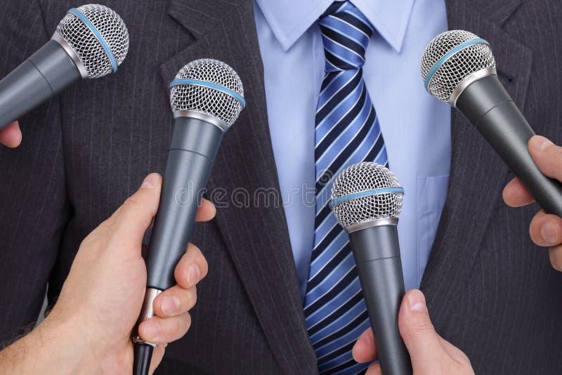 Interview mit Mikrofon stockfotos