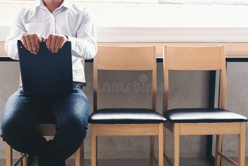 interviewen Sie Einstellungskonzept, Geschäftsmann holdind Portfoliorepräsentanten lizenzfreies stockfoto