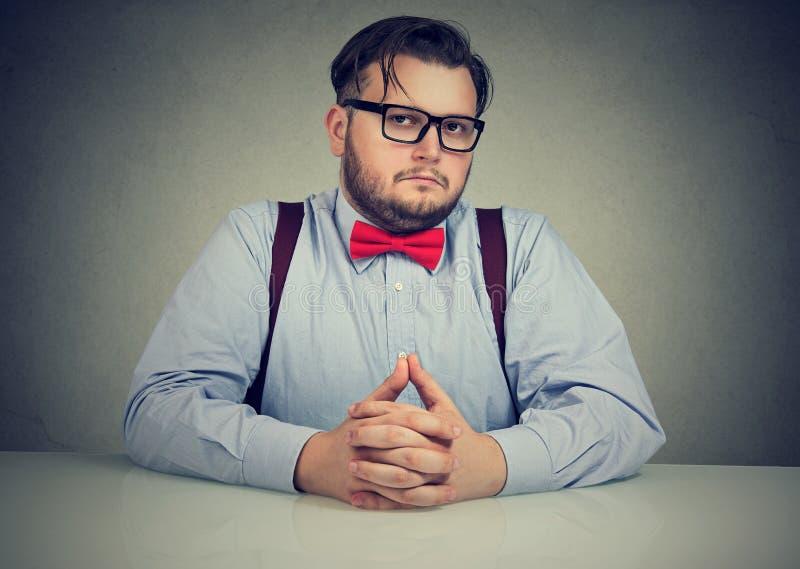 Interviewender Angestellter des ernsten skeptischen Chefs lizenzfreie stockbilder