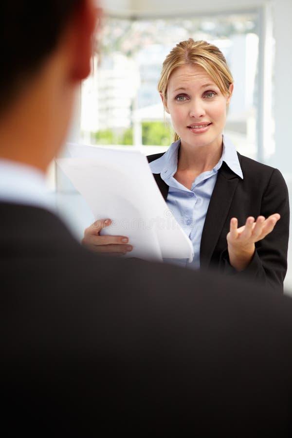 Interviewender männlicher Angestellter der Geschäftsfrau lizenzfreies stockfoto