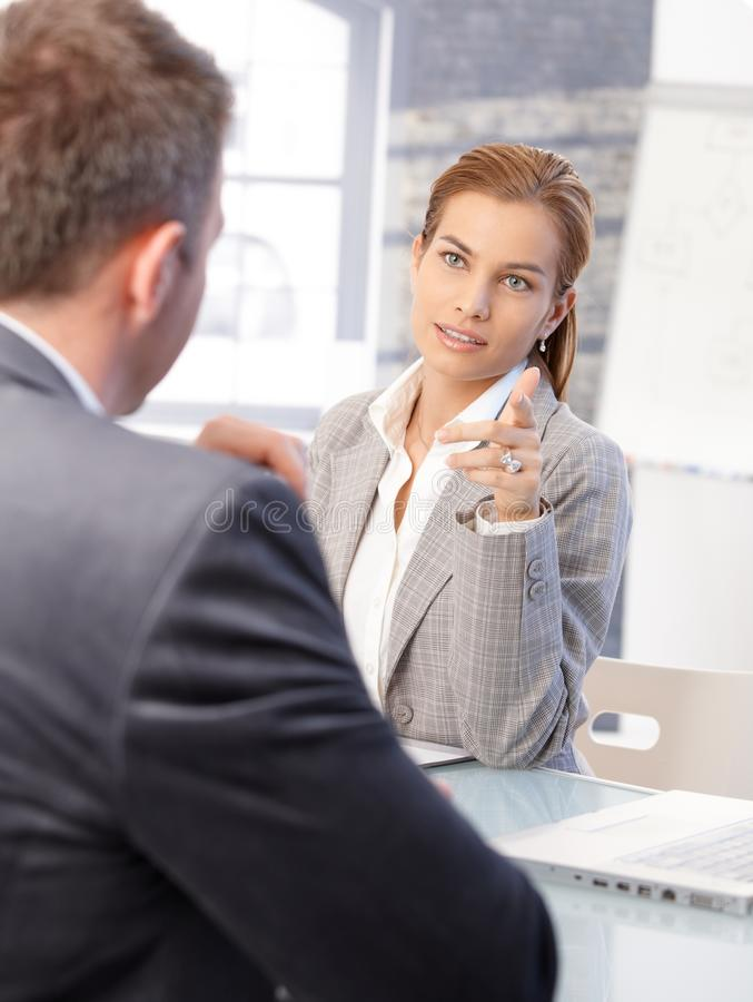 Interviewender männlicher Bewerber des weiblichen Stunden-Managers lizenzfreies stockbild
