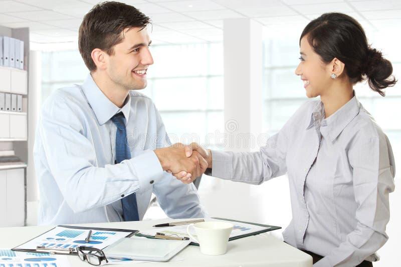 Interviewer, der Hand zum zukünftigen Angestellten rüttelt stockbilder