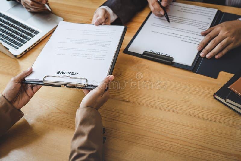 Interviewer ou conseil lisant un r?sum? pendant une entrevue d'emploi, employeur interviewant un jeune chercheur d'emploi f?minin photos stock