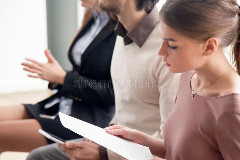 Intervju för ungdomarväntande på jobb, prov eller utbildande ind royaltyfri bild