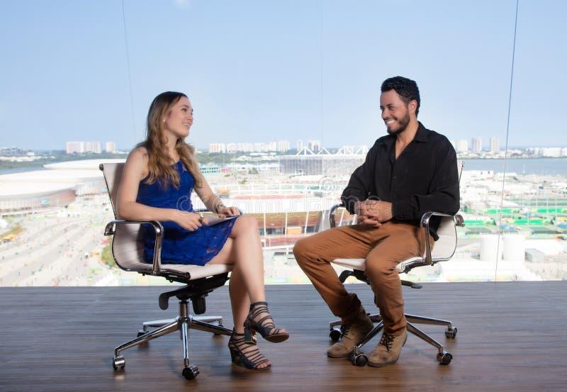 Intervju i en televisionstudio royaltyfri fotografi