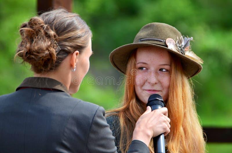 Intervju med en ljust rödbrun haired flicka