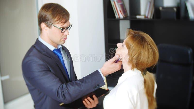Intervju med interlokutören eller ett möte: en affärsman och en kvinna blidka ironi royaltyfri fotografi
