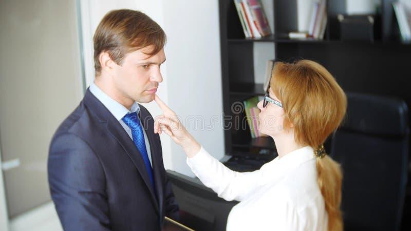 Intervju med interlokutören eller ett möte: en affärsman och en kvinna blidka ironi arkivbild