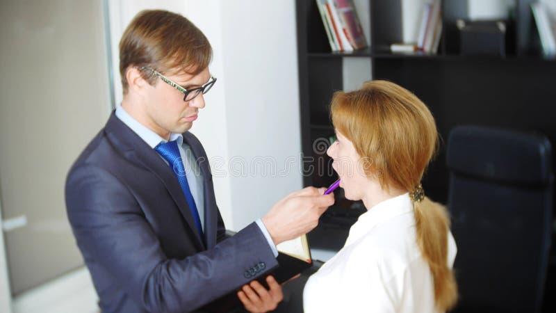 Intervju med interlokutören eller ett möte: en affärsman och en kvinna blidka ironi royaltyfria foton