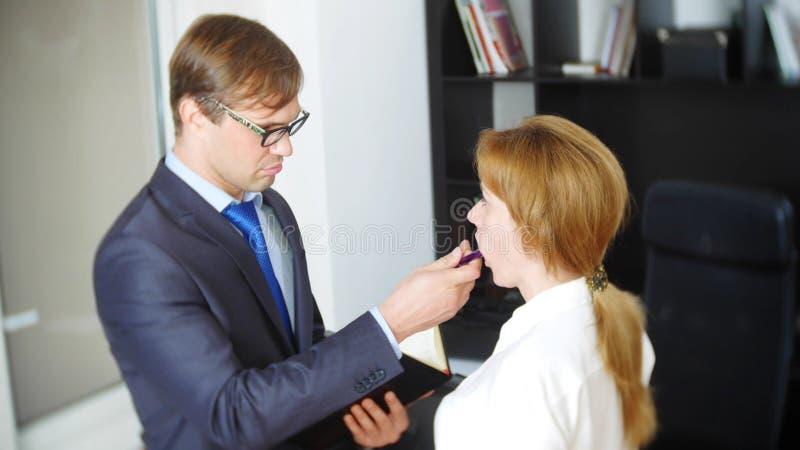 Intervju med interlokutören eller ett möte: en affärsman och en kvinna blidka ironi arkivfoto