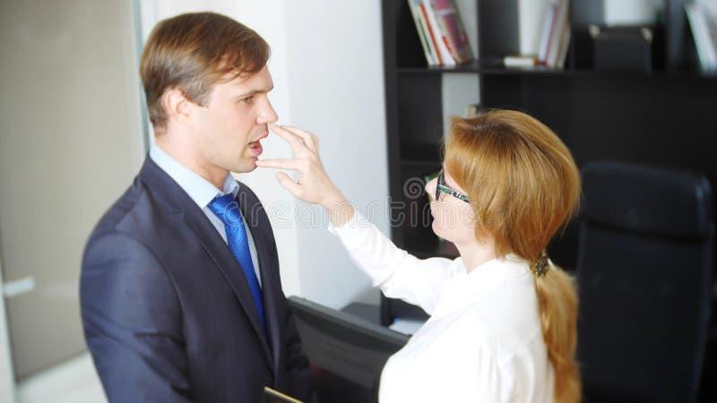 Intervju med interlokutören eller ett möte: en affärsman och en kvinna blidka ironi royaltyfri foto
