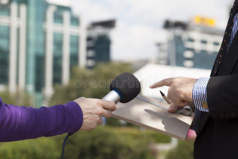 Intervjua affärsmannen royaltyfria bilder