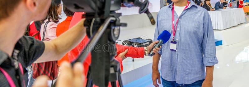 Intervjua affärsmannen på press på affärsmöte royaltyfri bild