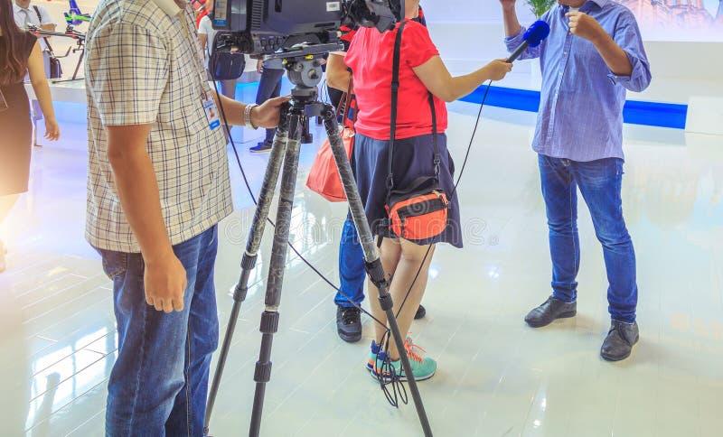 Intervjua affärsmannen på press på affärsmöte fotografering för bildbyråer