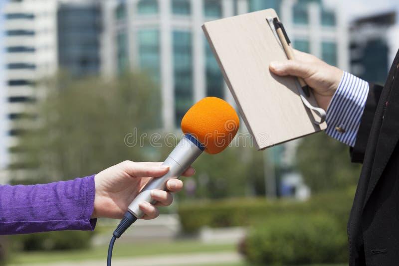 Intervjua en affärsman royaltyfri bild