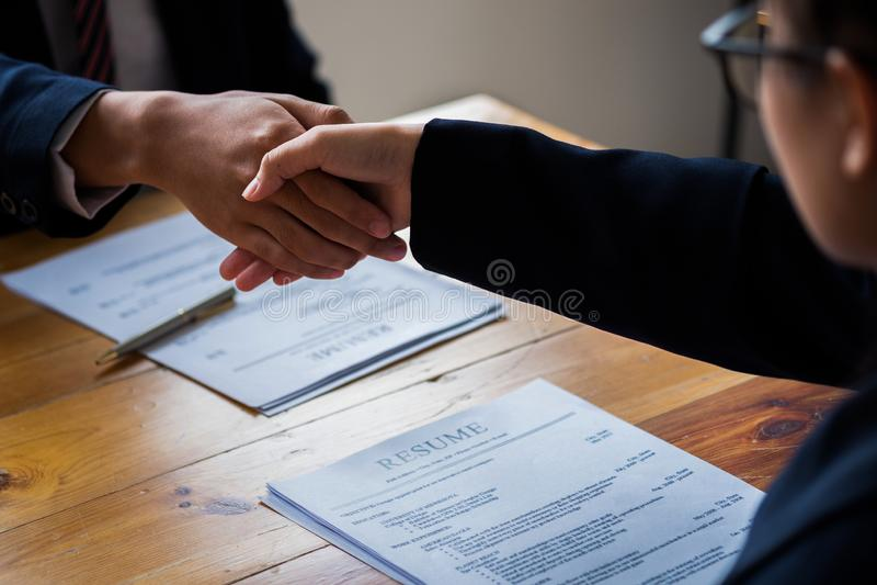 Intervjua f?r handskakningframg?ngjobb Jobbs?kande som har intervju Skaka handen med meritförteckningen på skrivbordet Arbetsgiva royaltyfri fotografi